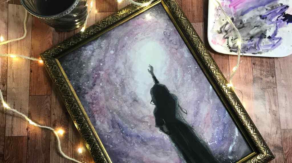 Umriss einer Frau vor einer violett-dunklen Milchstraße