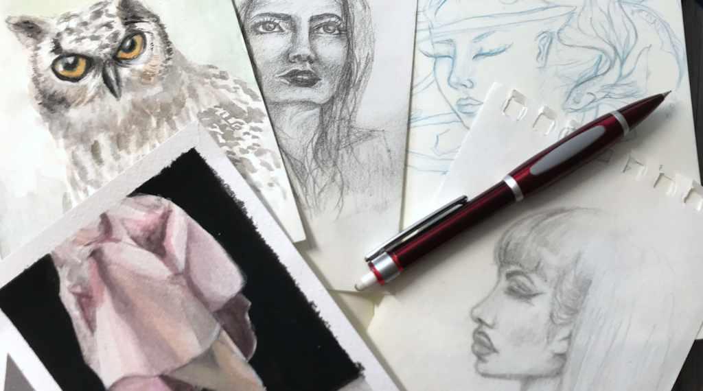 Skizzen auf einem Tisch mit Stiften